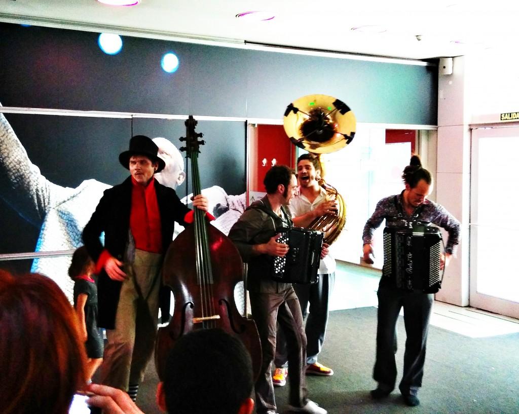 Cuatro de los actores de Klaxon, poniendo música a la salida para deleite de los espectadores