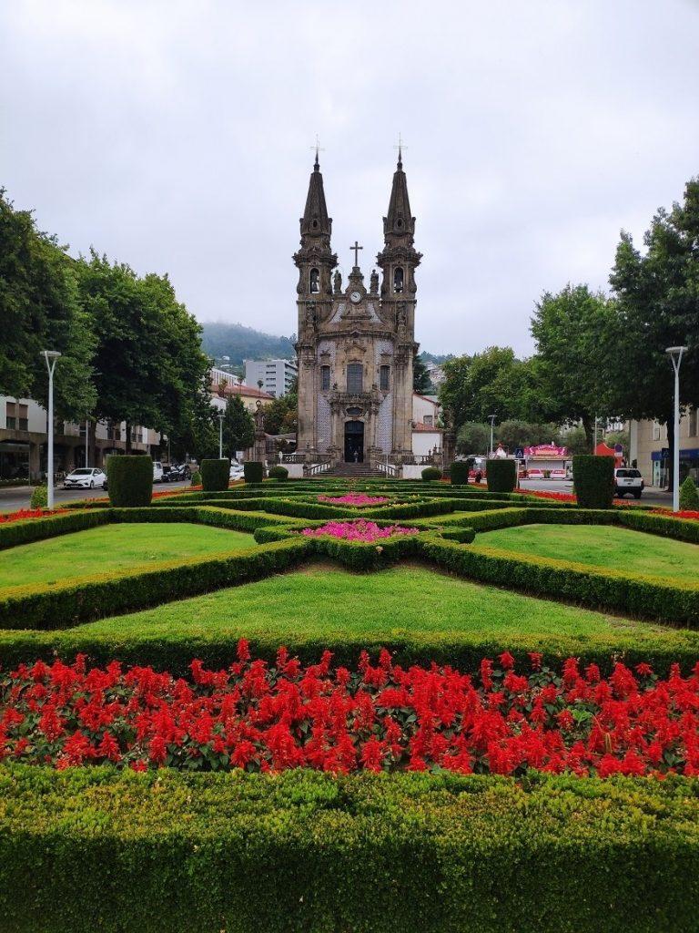 Jardines de la Plaza de Brasil e Iglesia de la Consolación