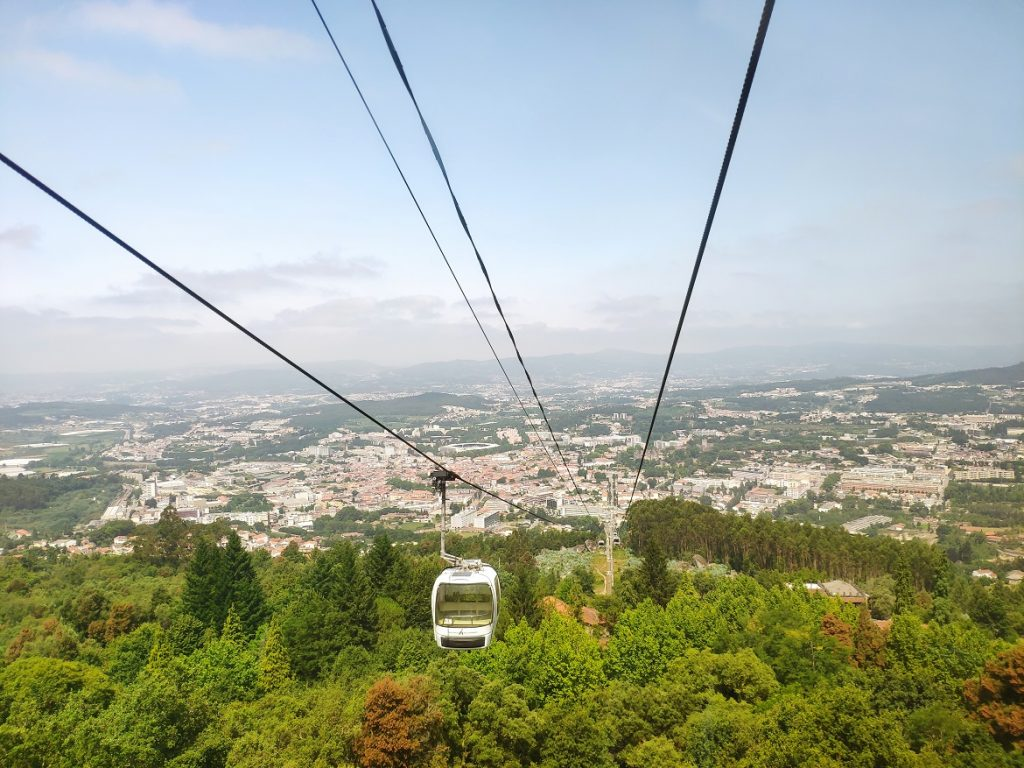 Teleférico que sube al Monte de la Penha