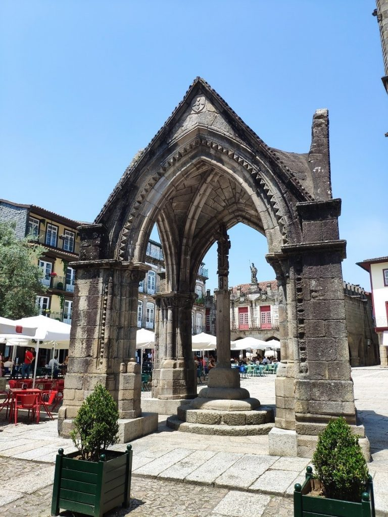 Templete gótico de la Plaza de Oliveira (Padrão do Salado)